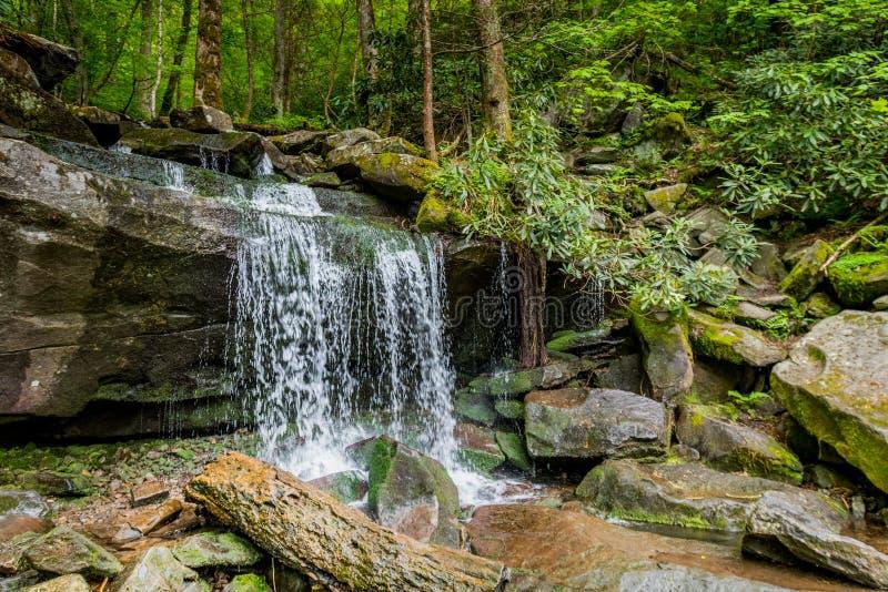 Vue de côté de cascade sur la hausse aux automnes d'arc-en-ciel photographie stock