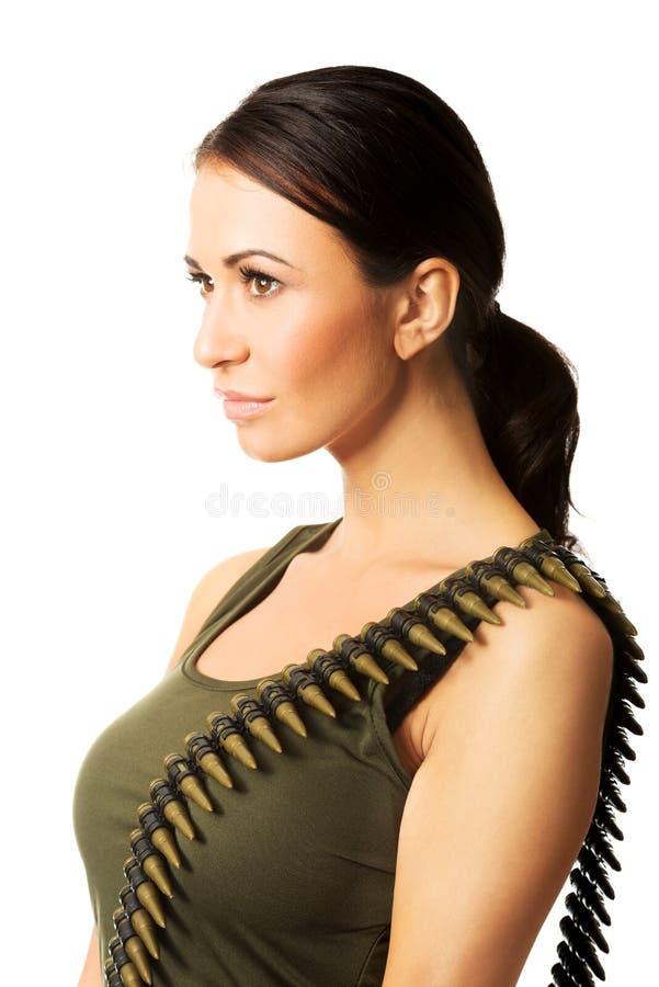 Vue de côté de femme militaire sérieuse image libre de droits
