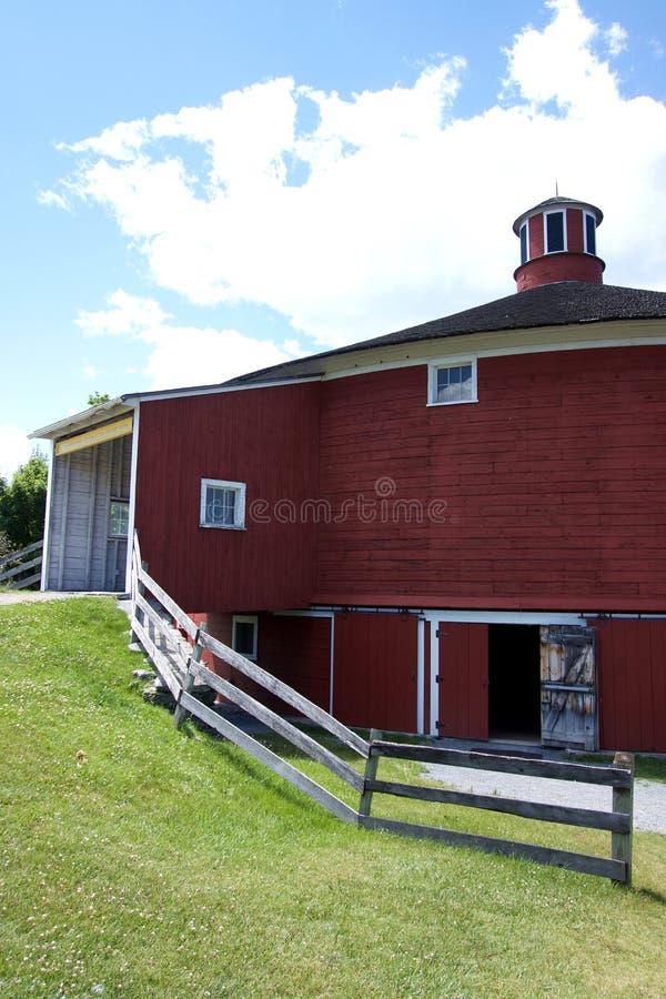 Vue de côté de grange ronde rouge photos stock
