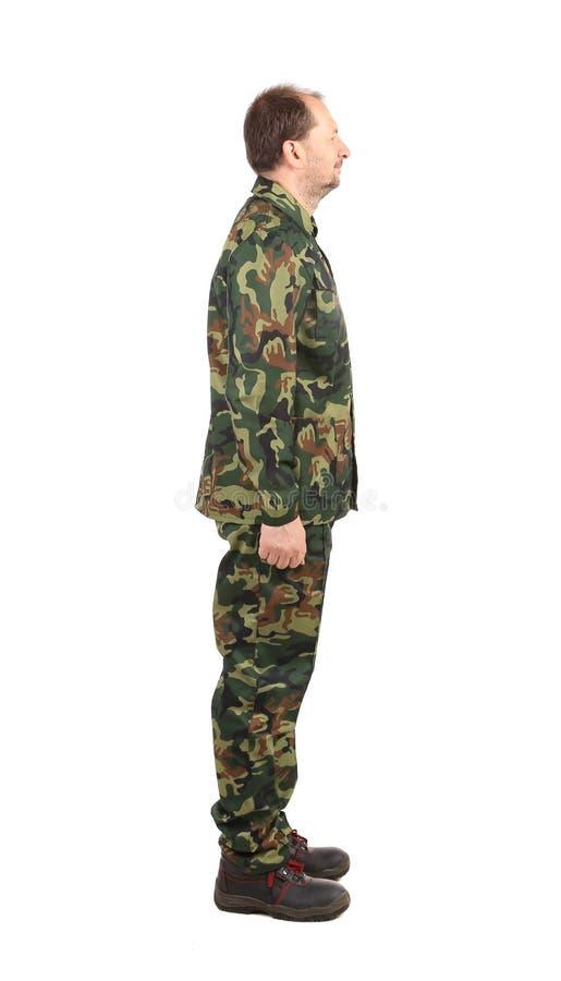 Vue de côté de l'homme dans le costume militaire photographie stock libre de droits