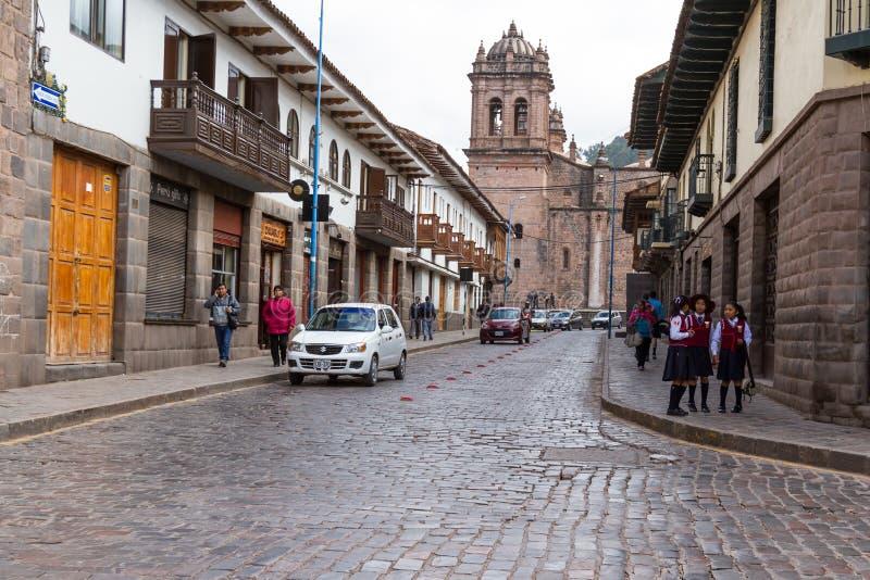 Vue de côté de la cathédrale de Cusco avec la marche de personnes photographie stock