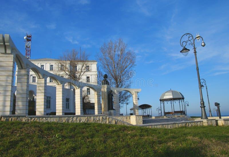 Vue de côté de la statue de Mihai Eminescu, grand auteur roumain photo libre de droits