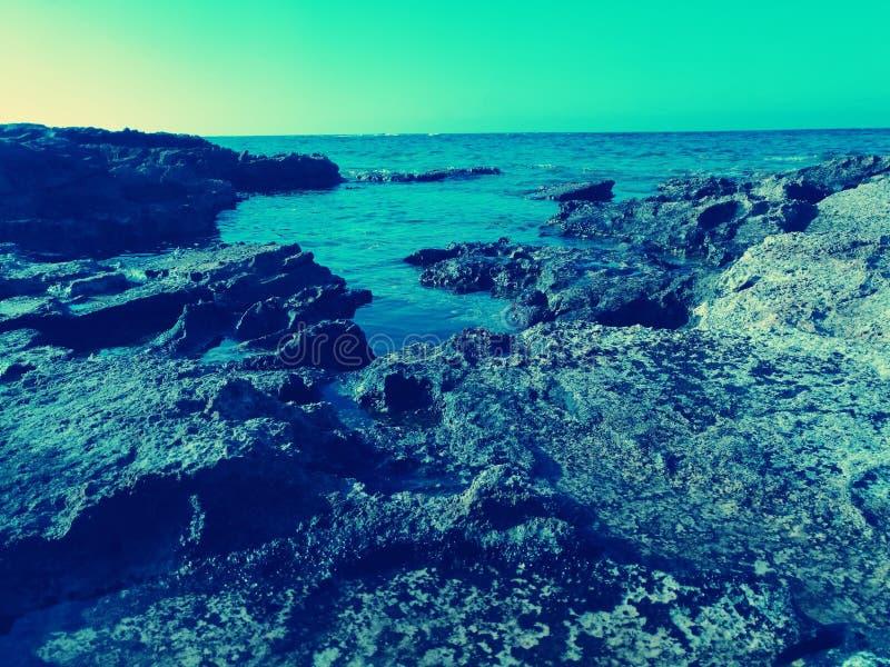 Vue de côté de mer avec le ciel bleu clair images stock