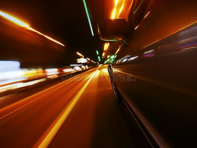 Vue de côté de mouvement brouillé allant de voiture images libres de droits