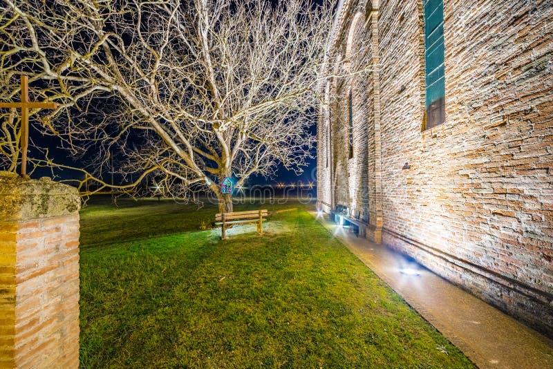 vue de côté de nuit d'église paroissiale antique photos stock