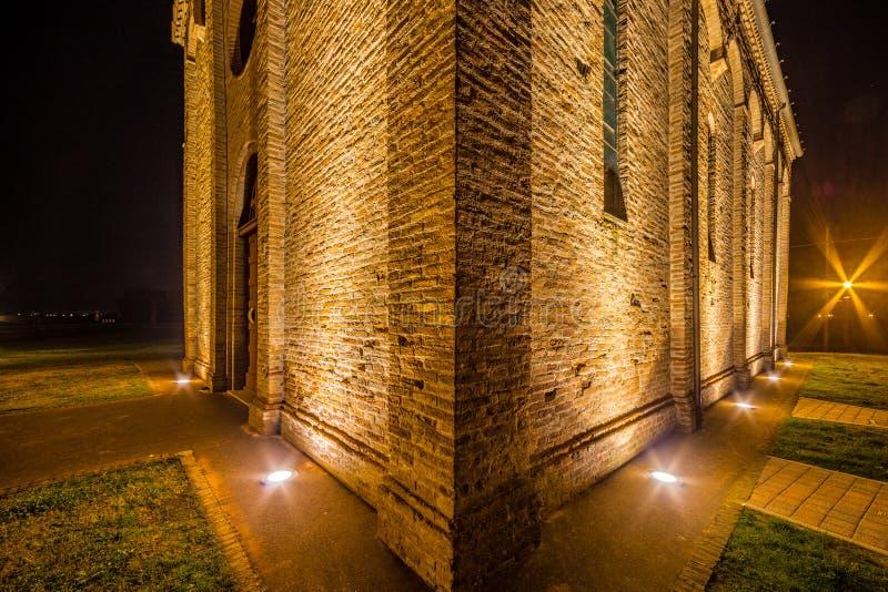 vue de côté de nuit d'église paroissiale antique photo stock