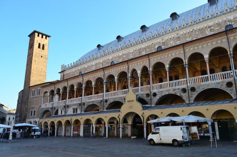 Vue de côté de Palazzo Della Ragione de Piazza Delle Erbe à Padoue, Italie photo libre de droits
