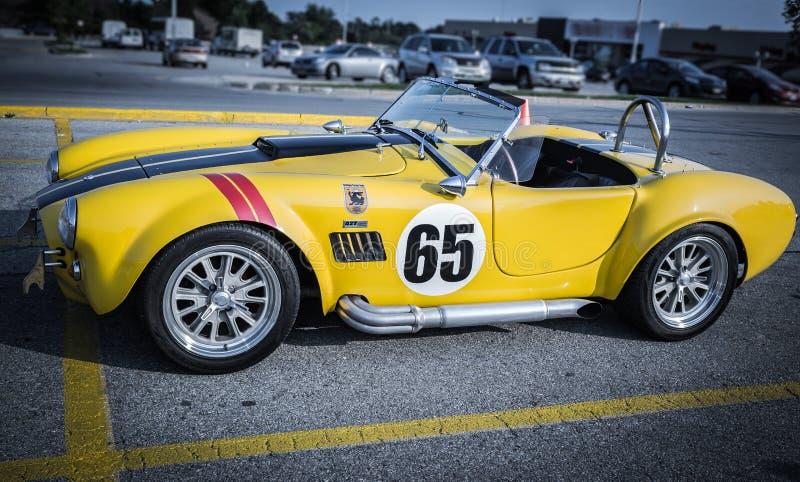 vue de côté de rétro voiture classique de vieux de course vintage de sport photos libres de droits