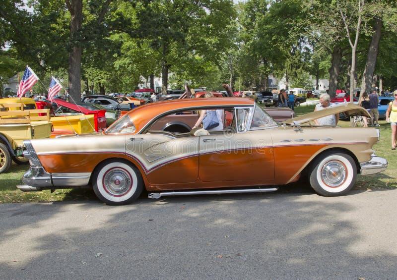 Vue de côté 1957 de siècle de Buick photographie stock libre de droits