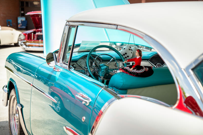Vue de côté de vieille voiture américaine de muscle avec le capot ouvert image stock