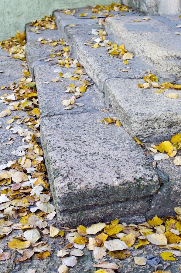 Vue de côté des étapes des vieux blocs gris de pierre photo libre de droits
