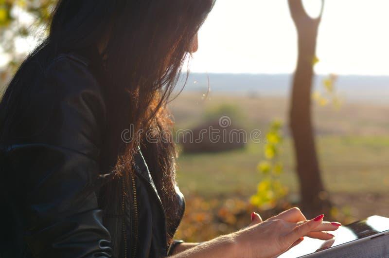 Vue de c?t? d'une femme ? l'aide d'une tablette photos stock