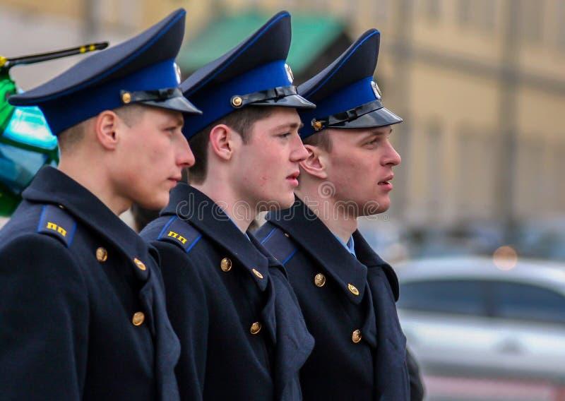 Vue de c?t? de jeunes hommes attirants tirant sur la rue Cadets marchant autour de Moscou images libres de droits