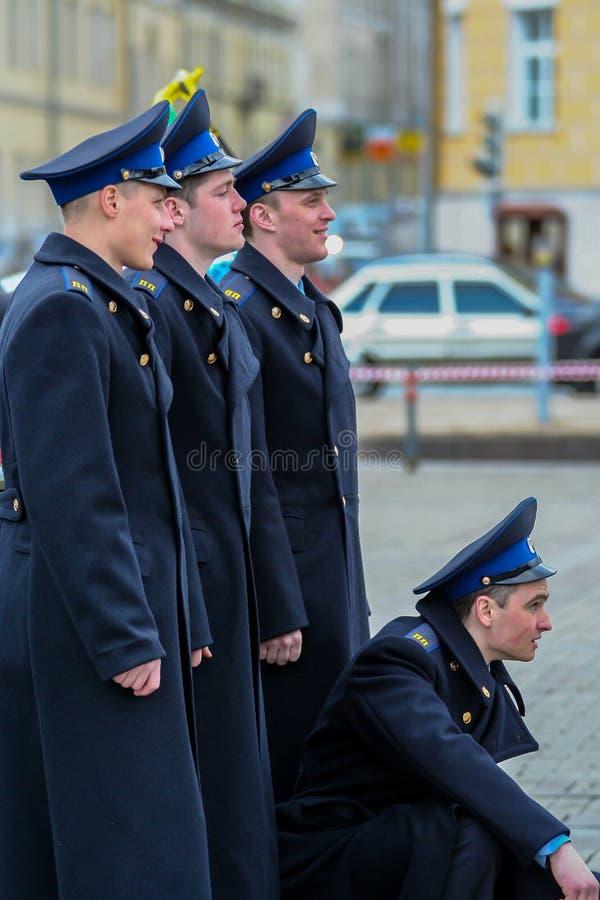 Vue de c?t? de jeunes hommes attirants tirant sur la rue Cadets marchant autour de Moscou photo stock