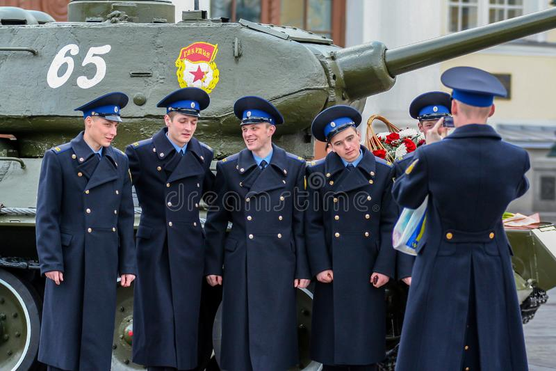 Vue de c?t? de jeunes hommes attirants tirant sur la rue Cadets marchant autour de Moscou image stock