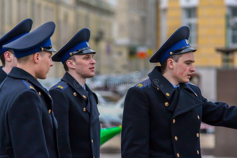 Vue de c?t? de jeunes hommes attirants tirant sur la rue Cadets marchant autour de Moscou photographie stock libre de droits