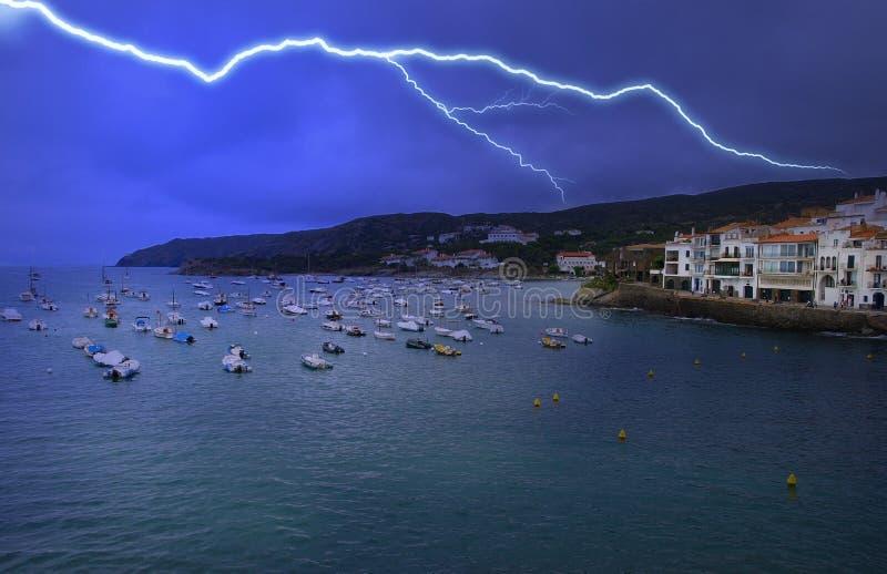 Vue de Cadaques - tempête de nuit de foudre photos stock