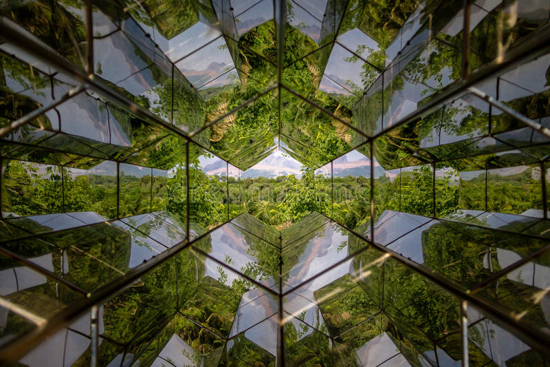 Vue de Caleidoscope de machine de visionnement par Olafur Eliasson chez Inhotim Art Museum contemporain public - Brumadinho, Mina image stock