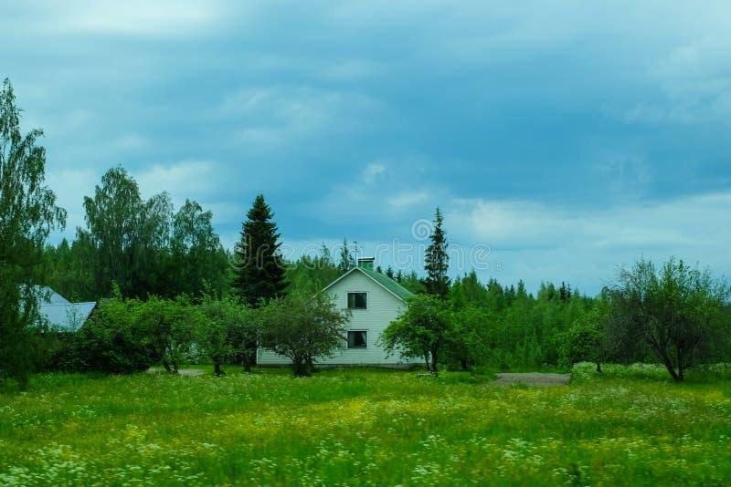 Vue de campagne avec la maison de village maison dans classée photos libres de droits