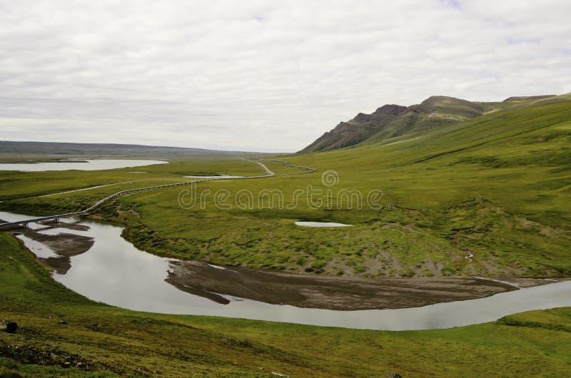 Vue de canalisation de région sauvage avec la rivière photographie stock