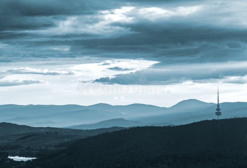 Vue de Canberra avec la montagne et la tour noires de Telstra photos libres de droits