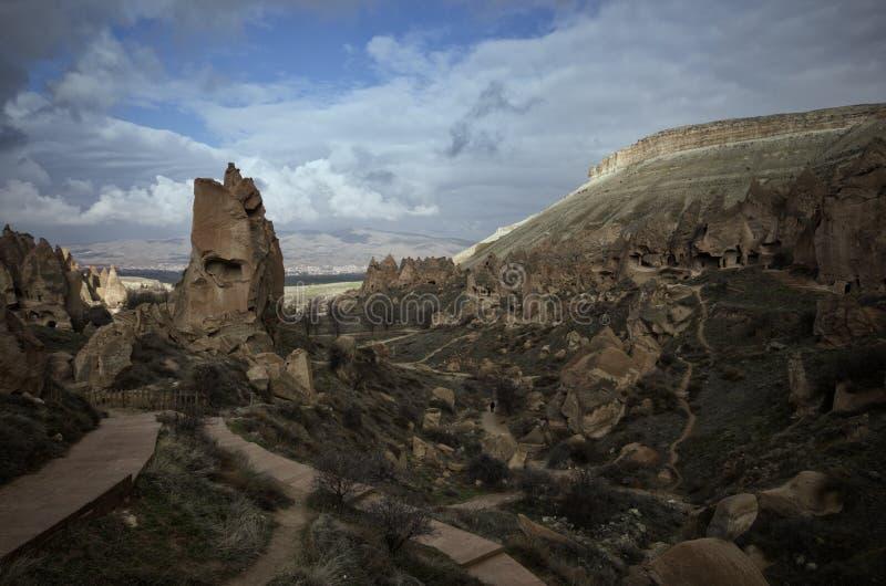 Vue de Cappadocia Urgup des cheminées fariy à une soirée bleue nuageuse Turquie images libres de droits