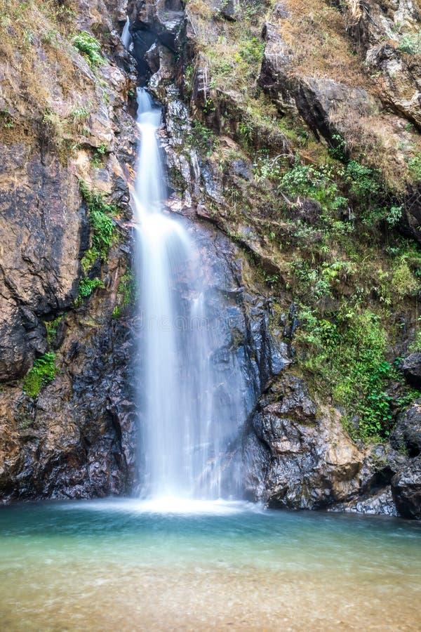 Vue de cascade de Jokkradin au parc national de Pha Phum de lanière, Kanchanaburi, Thaïlande photos stock
