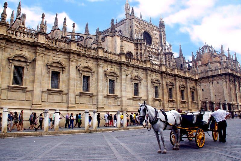 Vue de cathédrale de Séville avec le chariot de cheval image libre de droits