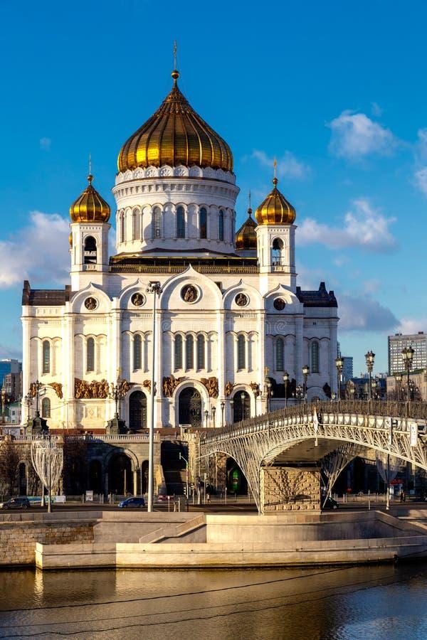 Vue de cathédrale du Christ le sauveur à Moscou avec le pont au-dessus de la rivière de Moskva photographie stock