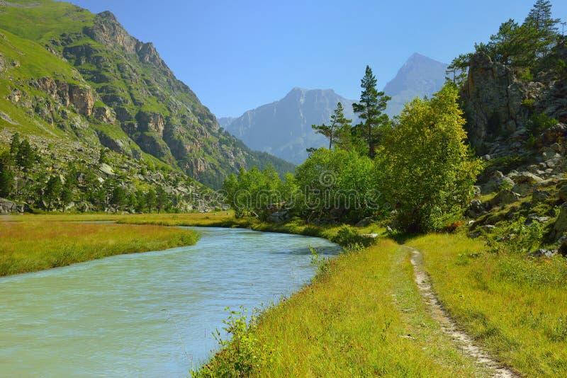 Download Vue de Caucase photo stock. Image du frais, roche, pelouse - 76075282