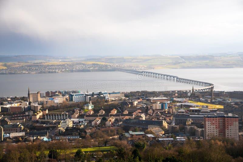 Vue de centre de la ville de Dundee pendant des précipitations en hiver images stock