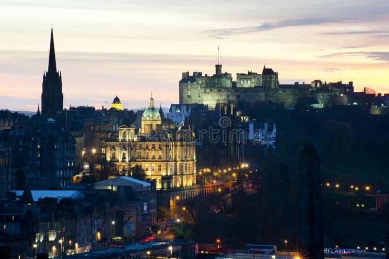 Vue de château d'Edimbourg au coucher du soleil photographie stock