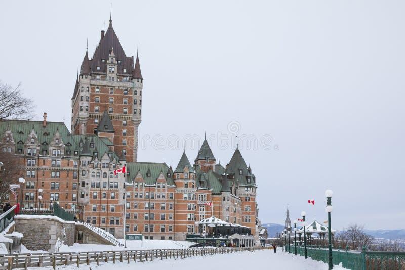 Vue de château de Frontenac en hiver sous la neige photo stock