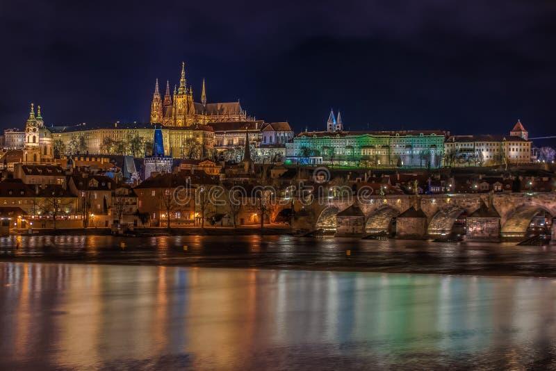 Vue de château de Prague la nuit photos stock