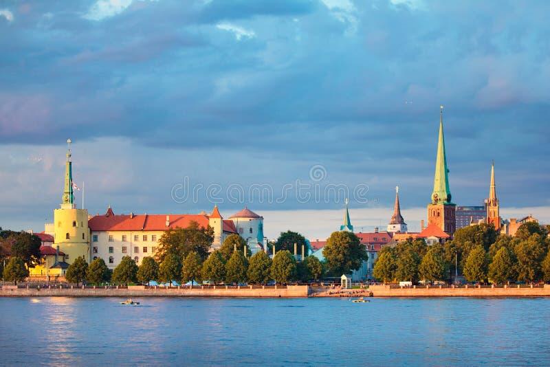 Vue de château de Riga, cathédrale, église de rue Peter image libre de droits
