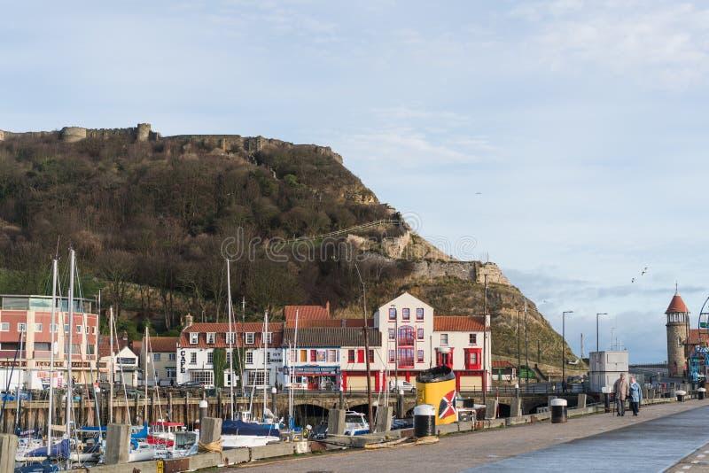 Vue de château de Scarborough d'avant de port photo stock