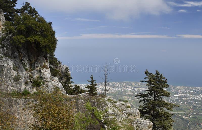 Vue de château de StHilarion avec la ville de Kyrenia et méditerranéen images libres de droits