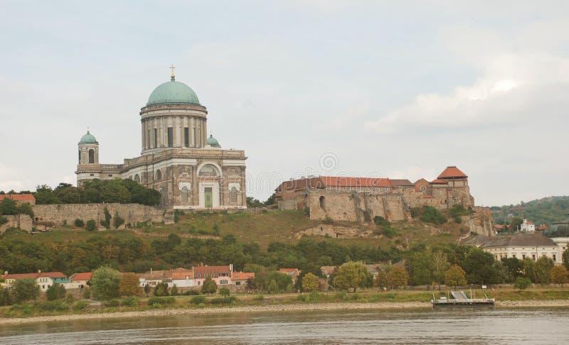 Vue de château et d'église d'Esztergom de Slovaquie photos libres de droits