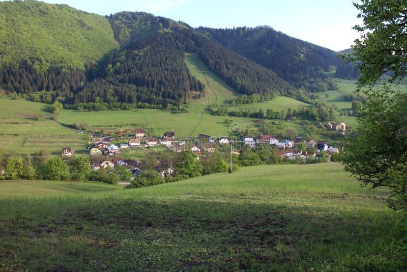 Vue de château de Lietava au village de Lietavska Svinna - de Babkov, secteur de Zilina photos libres de droits