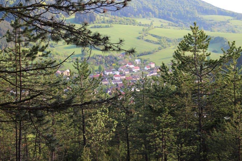 Vue de château de Lietava au village de Lietavska Svinna - de Babkov, secteur de Zilina images libres de droits