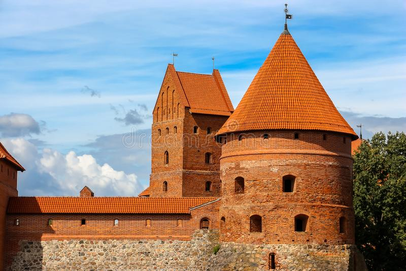 Vue de château de Trakai dans le jour ensoleillé, lac Galve, Lithuanie Détails d'architecture images libres de droits