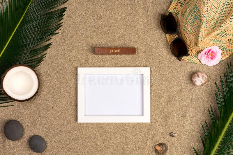 Vue de chapeau de paille, lunettes de soleil, coquillages Accessoires de voyageur sur le sable photo libre de droits