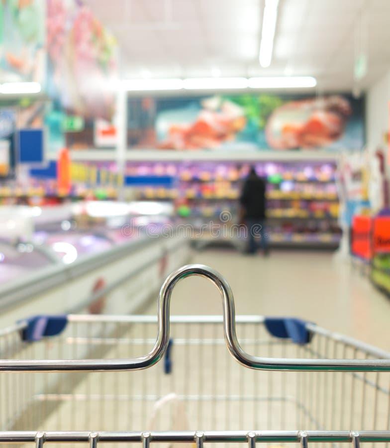 Vue de chariot à caddie à la boutique de supermarché détail photos libres de droits