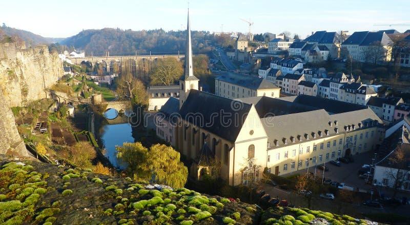 Vue de chemin de la corniche dans la ville du luxembourg for Piscine de luxembourg