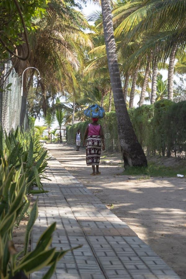 Vue de chemin piétonnier, avec la femme vendant la marche de rue et également un homme, en île de Mussulo image libre de droits