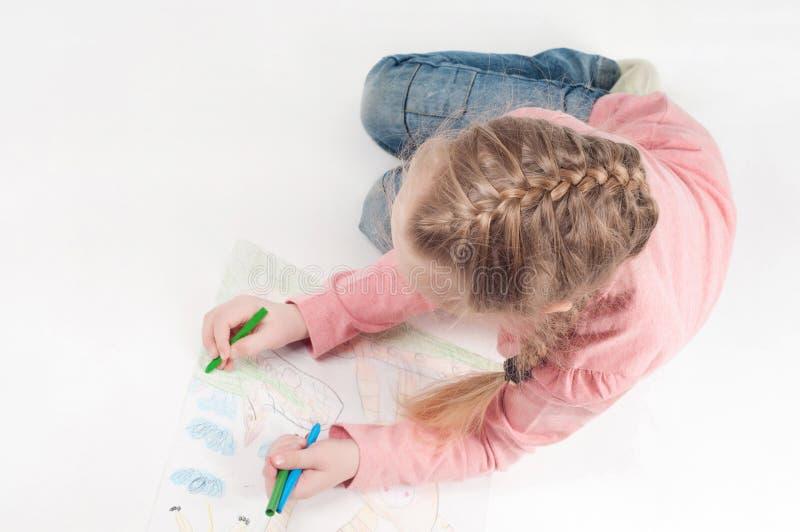 Vue de ci-dessus à dessiner la petite fille photographie stock