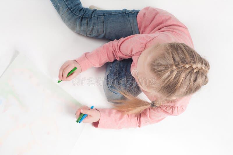 Vue de ci-dessus à dessiner la petite fille photos libres de droits