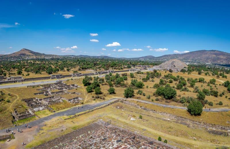 Vue de ci-dessus de la pyramide morte d'avenue et de lune aux ruines de Teotihuacan - Mexico, Mexique photos stock