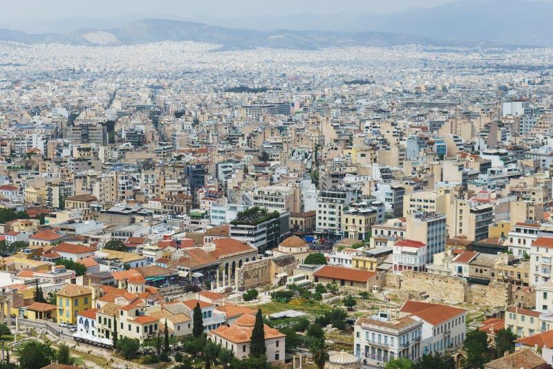 Vue de ci-dessus sur les rues et les toits des maisons d'une ville européenne moderne Jour d'été d'Athènes d'une taille photos stock