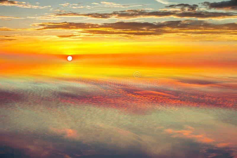 Vue de ciel de coucher du soleil hors de la fenêtre photographie stock libre de droits